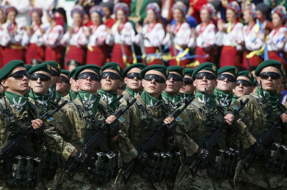 Separatistas pró-russos exibem prisioneiros no Dia da ...
