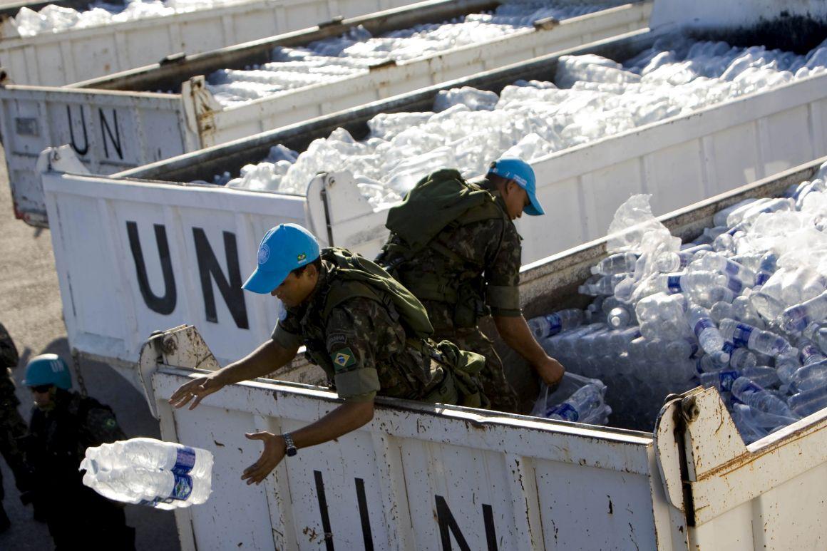 http://www.publico.pt/mundo/noticia/centenas-de-capacetes-azuis-da-onu-trocam-sexo-por-comida-ou-sapatos-1698599
